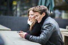 Couples heureux dans la ville Image stock