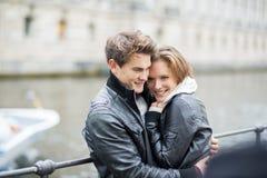 Couples heureux dans la ville Photographie stock libre de droits