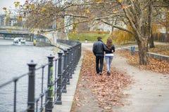 Couples heureux dans la ville Images libres de droits