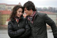 Couples heureux dans la ville Images stock