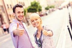 Couples heureux dans la ville Photo libre de droits