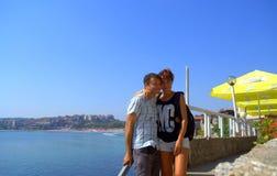 Couples heureux dans la ville de Sozopol, Bulgarie Photo stock
