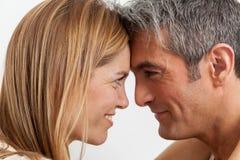 Couples heureux dans le bâti Photos stock