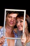 Couples heureux dans le cadre Beaux jeunes couples Images stock