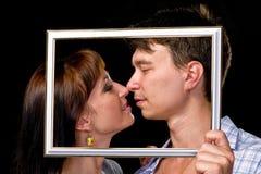Couples heureux dans le cadre Beaux jeunes couples Image stock