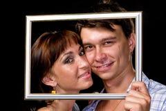 Couples heureux dans le cadre Beaux jeunes couples Photo libre de droits