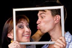 Couples heureux dans le cadre Beaux jeunes couples Images libres de droits