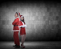 Couples heureux dans le costume du père noël Photographie stock libre de droits