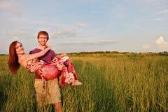 Couples heureux dans le domaine Photographie stock libre de droits