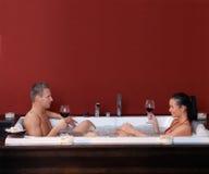 Couples heureux dans le jacuzzi Photographie stock libre de droits
