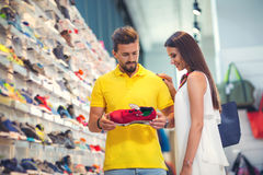 Couples heureux dans le magasin de visite de centre commercial Photographie stock libre de droits