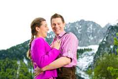 Couples heureux dans le pré alpin Images libres de droits