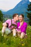 Couples heureux dans le pré alpin Images stock