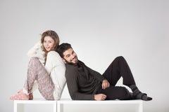 Couples heureux dans le pyjama posant dans le studio Photos libres de droits