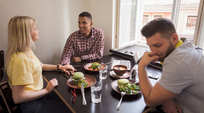 Couples heureux dans le restaurant de vegan Images stock