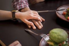 Couples heureux dans le restaurant de vegan Photographie stock libre de droits