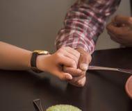 Couples heureux dans le restaurant de vegan Photo libre de droits