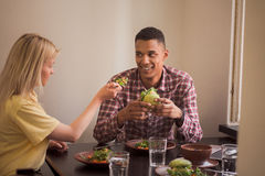 Couples heureux dans le restaurant de vegan Image stock