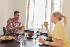 Couples heureux dans le restaurant de vegan Image libre de droits