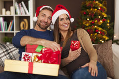 Couples heureux dans le temps de Noël Photographie stock