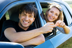 Couples heureux dans le véhicule neuf Photographie stock