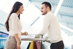 Couples heureux dans les achats Images stock