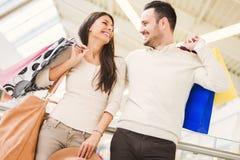 Couples heureux dans les achats Image libre de droits