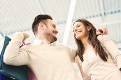 Couples heureux dans les achats Image stock