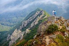 Couples heureux dans les montagnes de Carpathiens Images stock
