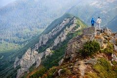Couples heureux dans les montagnes de Carpathiens Photographie stock libre de droits
