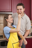 Couples heureux dans leur cuisine Photos stock