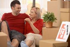 Couples heureux dans leur maison neuve Photographie stock