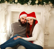 Couples heureux dans Noël d'amour ensemble à la maison Photo libre de droits
