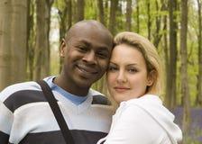 Couples heureux dans un bois Photographie stock