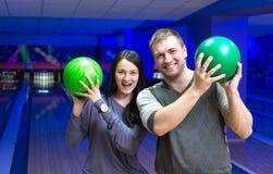 Couples heureux dans un bowling Image libre de droits