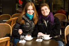 Couples heureux dans un café parisien de rue Photo libre de droits