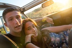 Couples heureux dans une voiture Images libres de droits