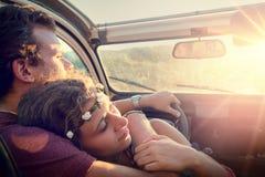 Couples heureux dans une voiture Photos stock