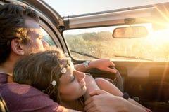 Couples heureux dans une voiture Image stock