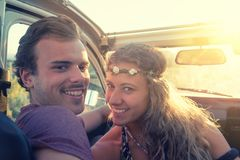 Couples heureux dans une voiture appréciant le coucher du soleil Images libres de droits
