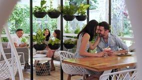 Couples heureux de  de Ð mangeant un dessert au café Couples affectueux étreignant au café banque de vidéos
