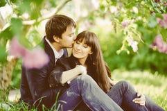 Couples heureux de baiser de jeunes dans l'amour Photographie stock