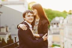 Couples heureux de baiser de jeunes dans l'amour Photographie stock libre de droits