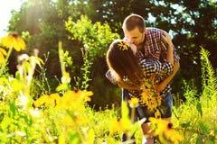 Couples heureux de baiser de jeunes dans l'amour Photos stock