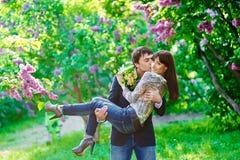 Couples heureux de baiser de jeunes dans l'amour Photo libre de droits