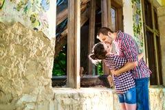 Couples heureux de baiser de jeunes dans l'amour Photo stock