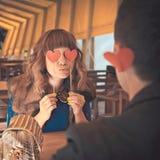 Couples heureux de baiser de jeunes dans l'amour se reposant en café Photo libre de droits