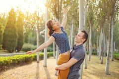 Couples heureux de chemin mélangé Image stock