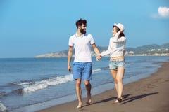 Couples heureux de chute d'automne montrant avec les bras tendus Image stock