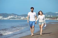 Couples heureux de chute d'automne montrant avec les bras tendus Photographie stock